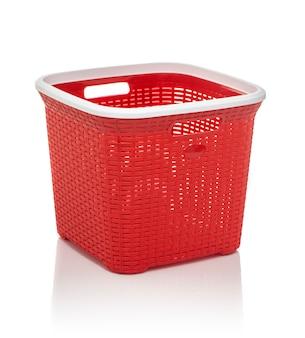 Красная корзина для белья на белом фоне