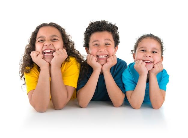 Группа счастливых детей, смеясь