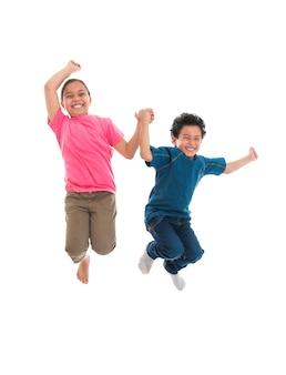 白い背景で隔離の喜びでジャンプアクティブな幸せな子供