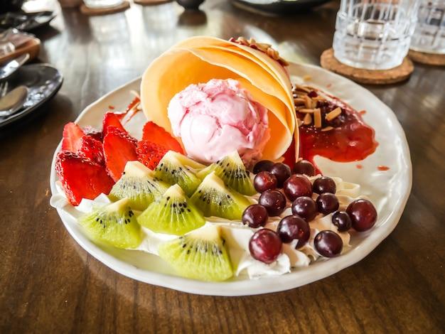 Вкусные вкусные домашние блинчики с мороженым клубничный, блины заполнены с клубникой, киви, виноград