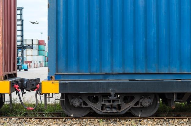 Грузовой поезд с грузовыми контейнерами