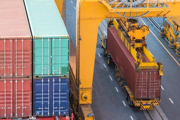 Работающий кран-мост на верфи для логистик-импорт-экспорт