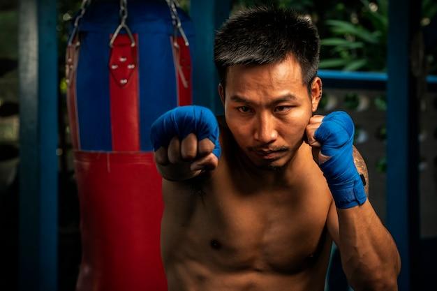 ジムでトレーニングアジアボクシング男