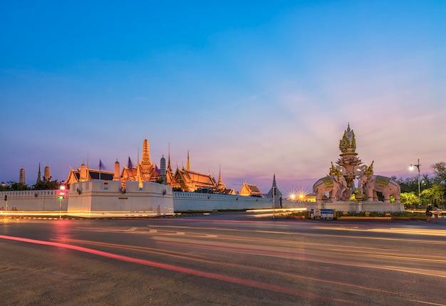 Большой дворец в сумерках в бангкоке, таиланд
