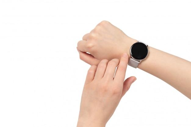 Умные часы на руке женщины изолированы.