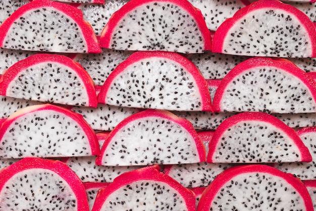 Сладкие вкусные драконьи фрукты или кусочки питайи.