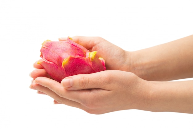 Сладкие вкусные дракон фрукты или питайи в руке женщина изолированы.