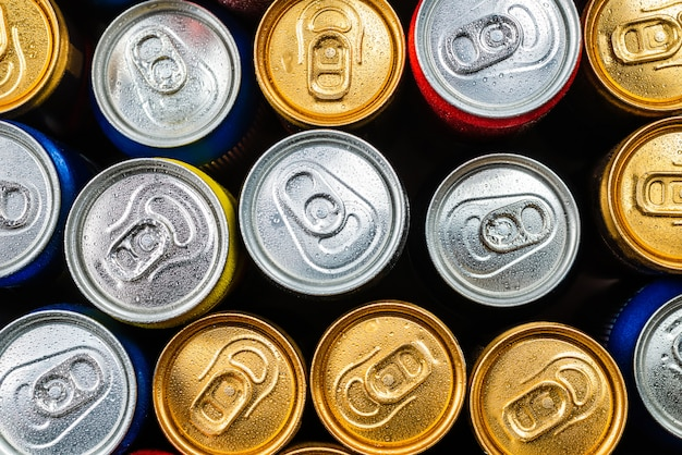Группа алюминиевых банок, холодные напитки. вид сверху.