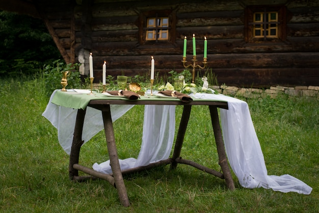 素朴な結婚式のテーブルデコレーション。