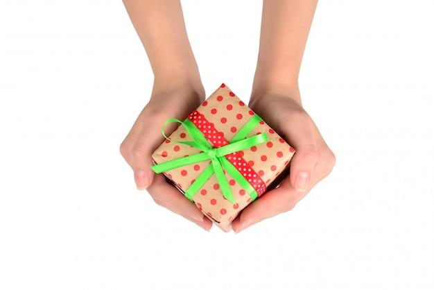 女性の手にプレゼント