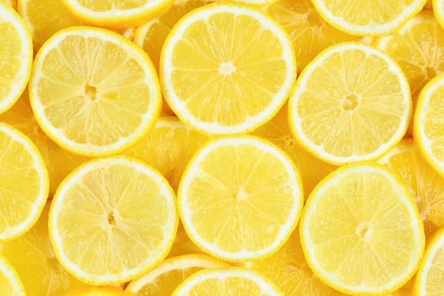 新鮮な熟したレモンのスライストップビュー