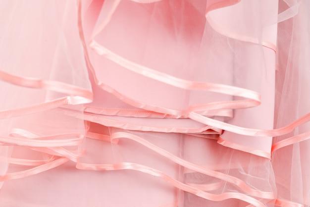 ウェディングドレスの詳細。ピンクのウェディングドレスフリルをクローズアップ。