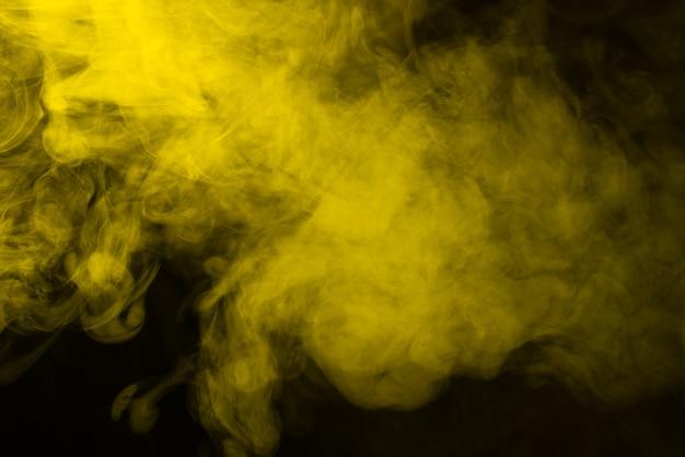 黒の背景に黄色の蒸気。