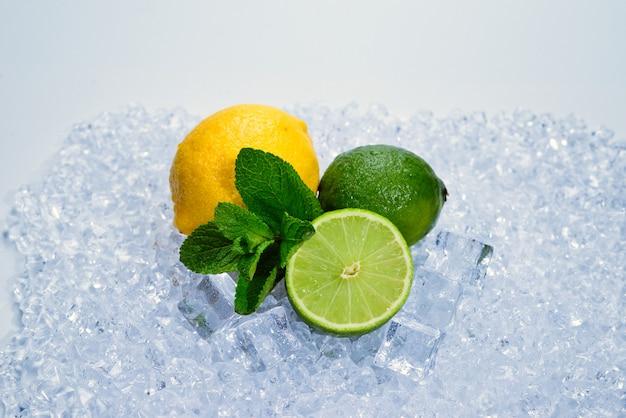 Лимон, лайм и мята на льду.