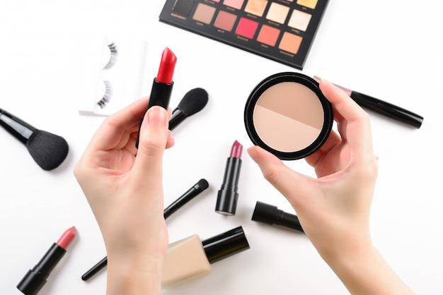 Профессиональная косметика с косметическими косметическими средствами, основой, помадой, тенями для век, ресницами, кисточками и инструментами.
