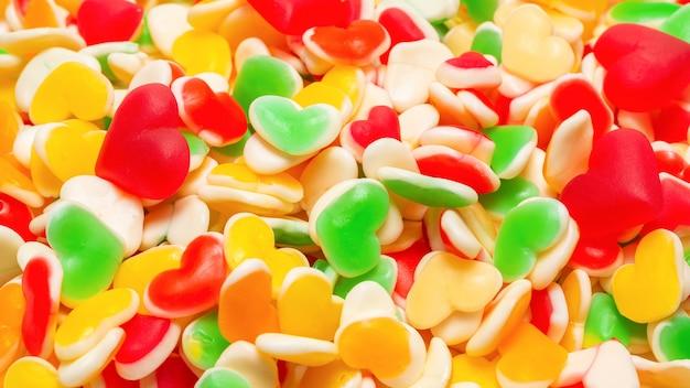 Сочные красочные желейные конфеты. жевательные конфеты. сердца.