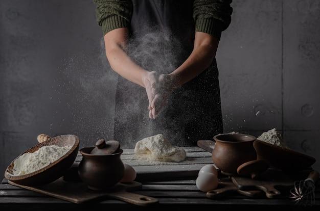 Тонкие грациозные руки замешивают тесто.