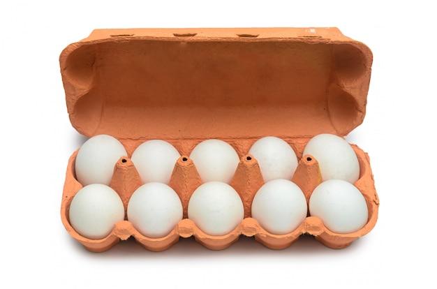 保管および輸送用の段ボール容器に白い鶏の卵