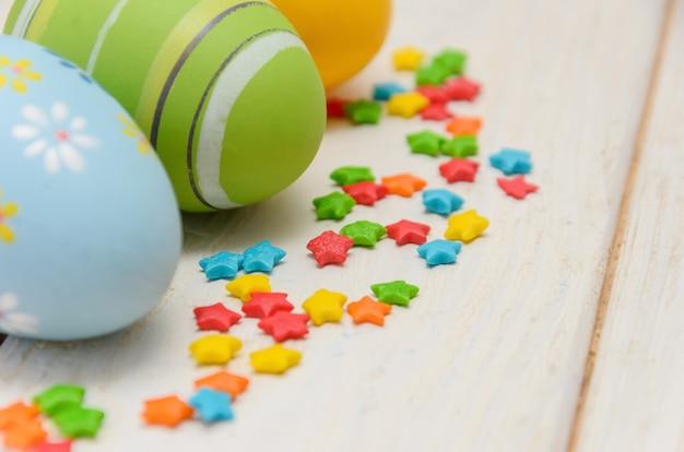 Красочные пасхальные яйца с выпечкой