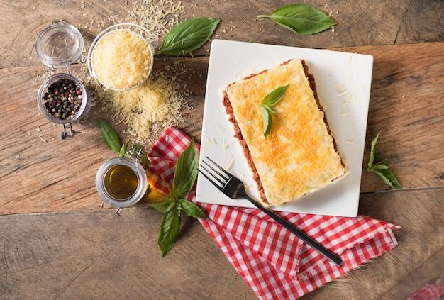 Лазанья запеченная с мясом и плавленым сыром