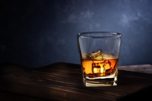 Стакан алкогольного напитка со льдом