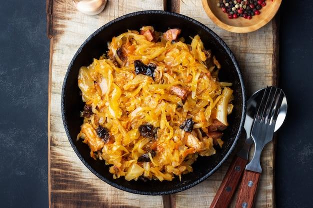 ポーランド料理の伝統料理。新鮮なキャベツ、肉、プルーンのビゴ。