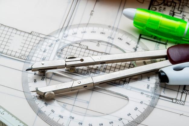 Компас и инструменты для разработки нового проекта дома