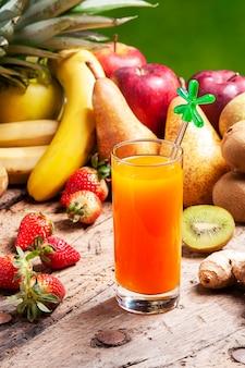 Смешайте выжатые фруктовые соки в стакане