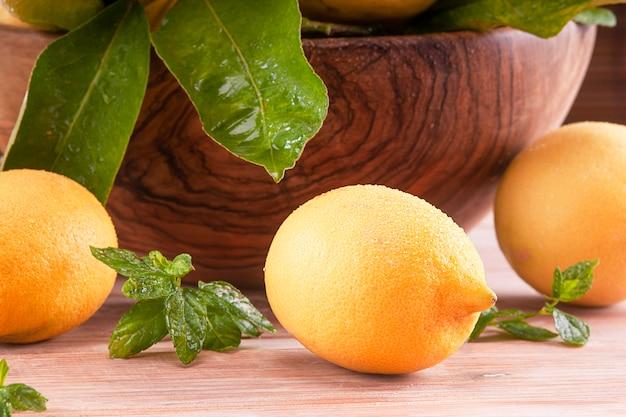 Желтые лимоны на столе