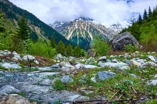 春のスヴァネティの山の川