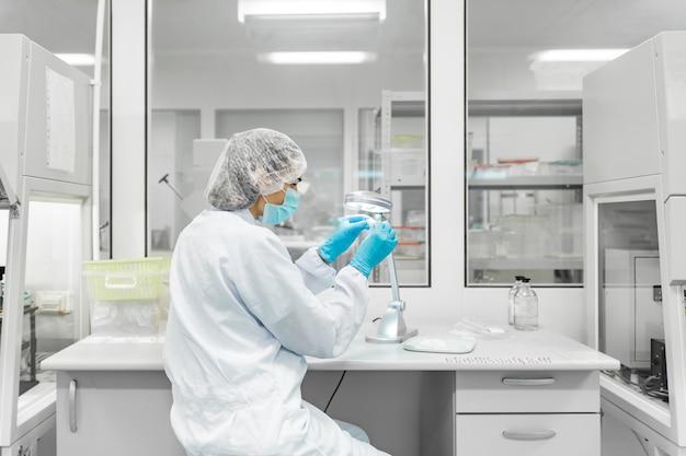 生体材料の生産のための研究所。人々は研究をします。