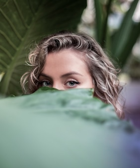 植物園で金髪の女性の青い目