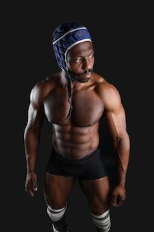Сильный человек на черном фоне