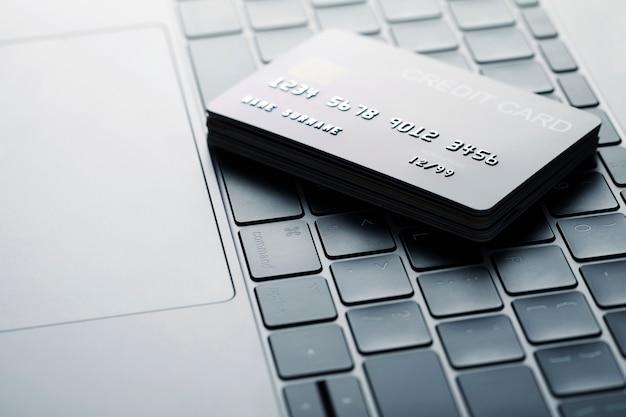 オンラインストアおよびオンラインショッピングからの購入に対するオンラインクレジットカードによる支払い。