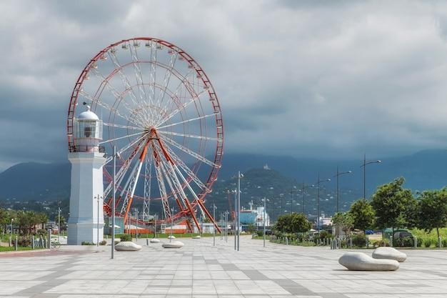 Батумская набережная с колесом обозрения, маяк, горы