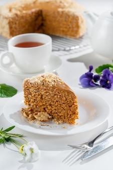 Вафельный торт на тарелке