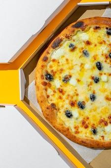 Поп-арт пицца в коробке на желтом фоне