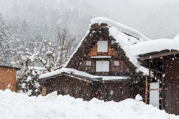 Деревня ширакаваго со снегопадом зимой