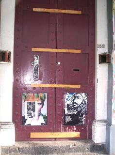 Дисфункции: бордовый двери