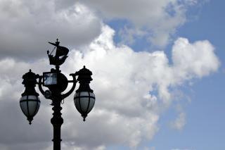 空を背景に街灯