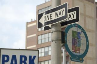 一方通行の標識、街路