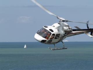 Вертолет, море