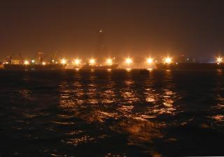 夜の港の灯り