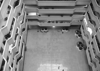 近代的な建物の内部
