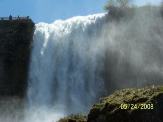 ナイアガラの美しさは、崖を蒸気に落ちる
