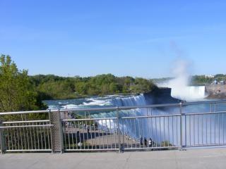 ナイアガラの美しさはなだめるような、クールな滝