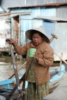 ドリンクを片手にベトナム女性