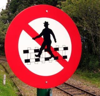 Не пересекают железнодорожное путевое хозяйство!
