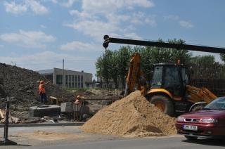 道路工事、掘削機