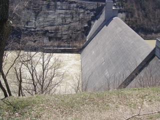 カナダ - ダムは、丘を見過ごす